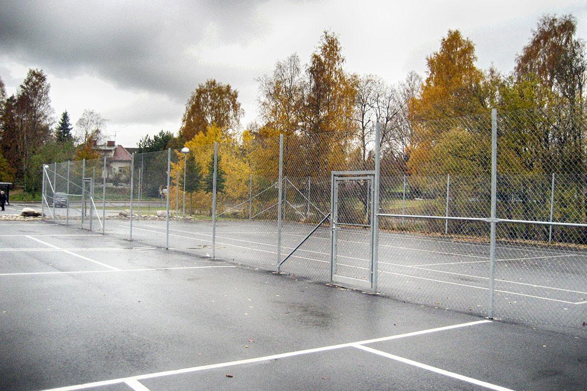Stängsel och grind vid tennisbana